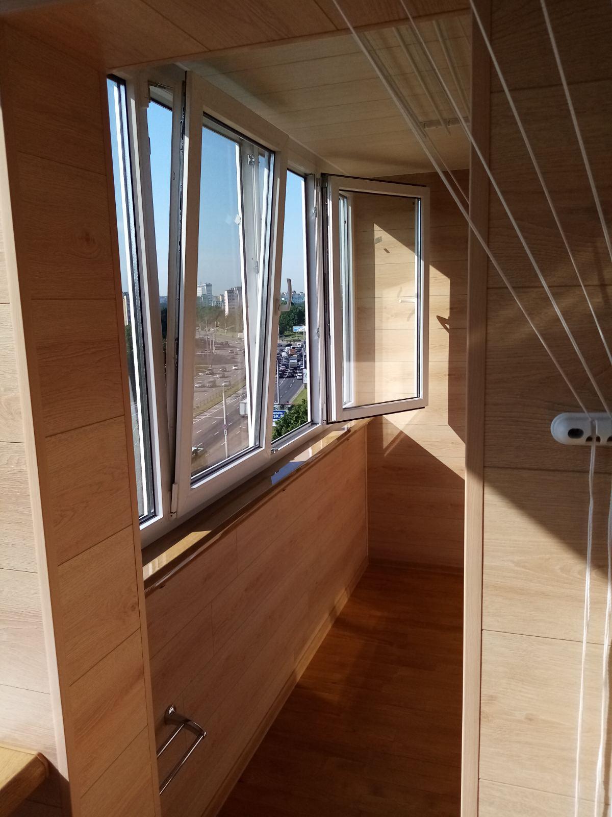 Отделка балкона светлым ламинатом